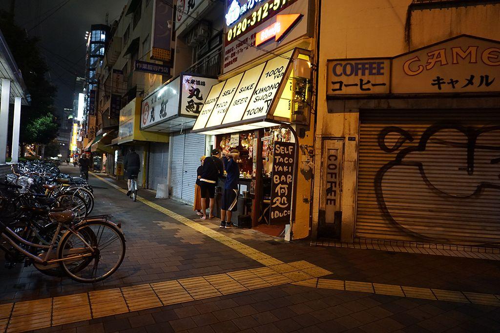 Osaka_Straße_Bar_Nachts