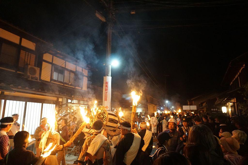 Nachts_Feuer_Personen_Kuruma