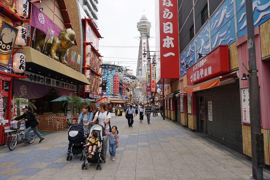 Shinsekai_Tsutenkaku_Menschen_Osaka