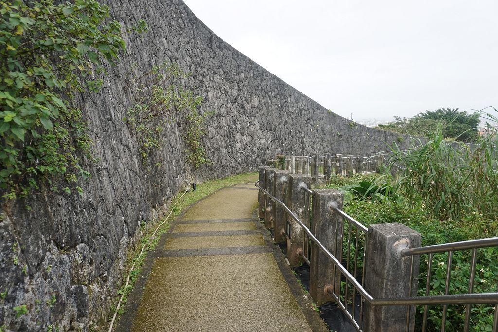 Mauer_Schloss_Weg